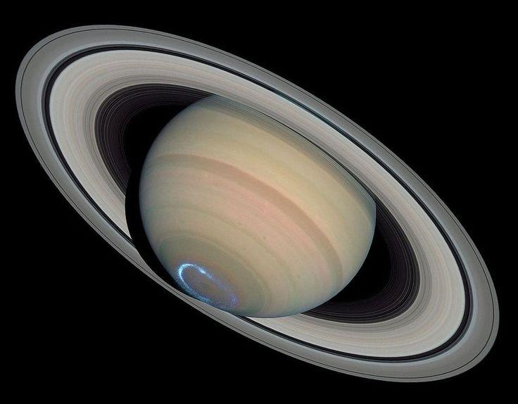 En mars 2004, Hubble photographie les aurores boréales de Saturne (les ultraviolets sont en fausses couleurs, superposés à une image de Saturne en couleurs réelles).