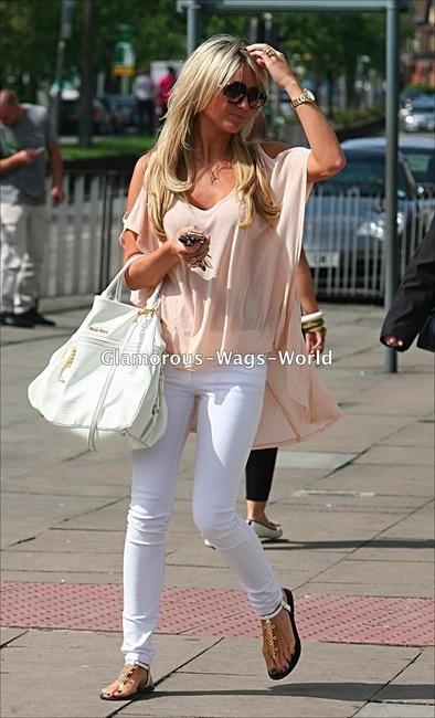 White skinnies/blush blouse/brown bag & sandals