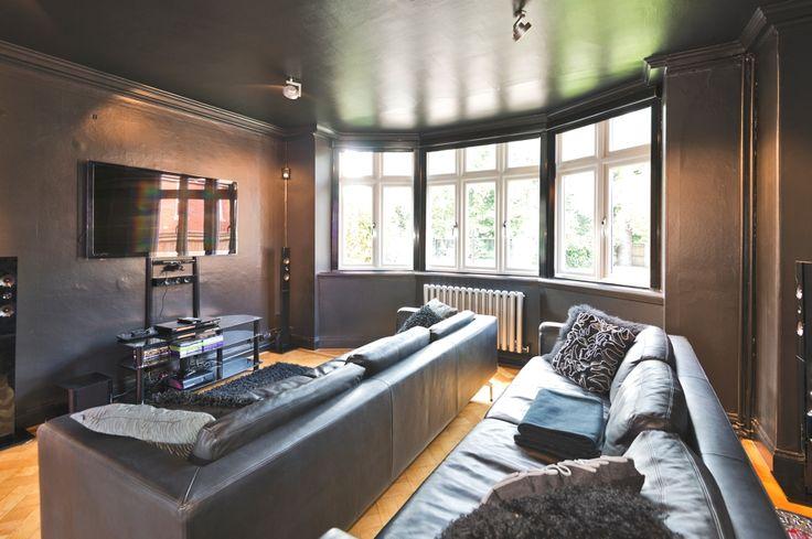 Темная глянцевая краска под цвет кожаной обивки длинных массивных диванов