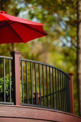 Trex Reveal aluminum railing and Trex Fascia create curved designs for a dramatic outdoor space