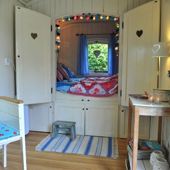 Romantische bedstede: In de grote pipowagen slaap je in een romantische bedstede, ook geschikt als bruidssuite