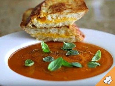 Томатный суп с жареным сыром