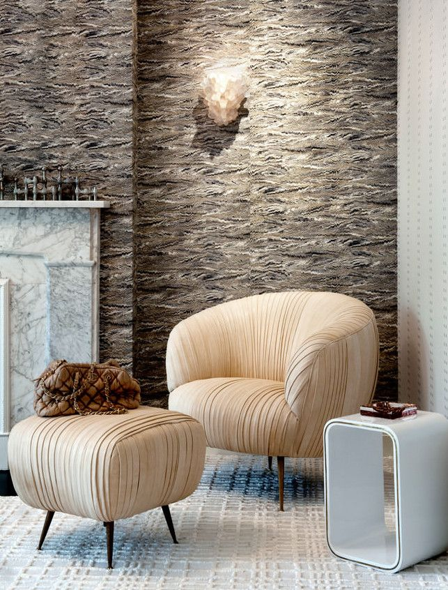 Zimmer Einrichten Modern Mit Kamin Aus Marmor Weiß Und Designer Sessel  Beige Mit Beistelltisch Weiß Und Wandlampe Modern #Design #dekor #dekoration U2026