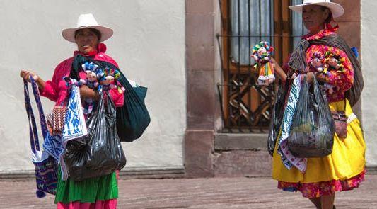 Mujeres otomíes de Temascalcingo vendiendo muñecas de trapo hechas a mano, Publicado por: Vive Temascalcingo.blogspot.http://bit.ly/1MawgFY