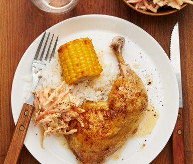 Kvällens middag består av en supergod kycklingrätt inspirerad av den amerikanska södern: saftiga ugnsrostade kycklingklubbor och en snabblagad cole slaw gjord på en färdig råkostssallad, hetta från senap och chilisås. Servera allt med fluffigt vitt ris och söta rostade majskolvar. Smaklig måltid!