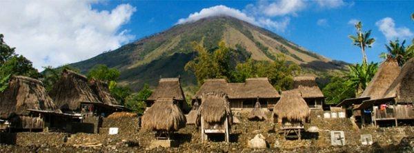 Desa Adat Luba dengan Latar Gunung Inerie, Flores