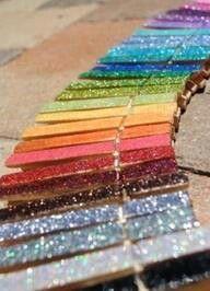 Maak magneetjes van wasknijpers  Versier de wasknijpers met glitter. Doe er mod podge over heen, zodat de glitters niet aflaten. En plak een magneetje op de achterkant.