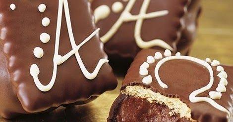 Μια συνταγή για λαχταριστά και πεντανόστιμα παστάκια με μπισκότα Πτι Μπερ και γέμιση και επικάλυψη σοκολάτας.