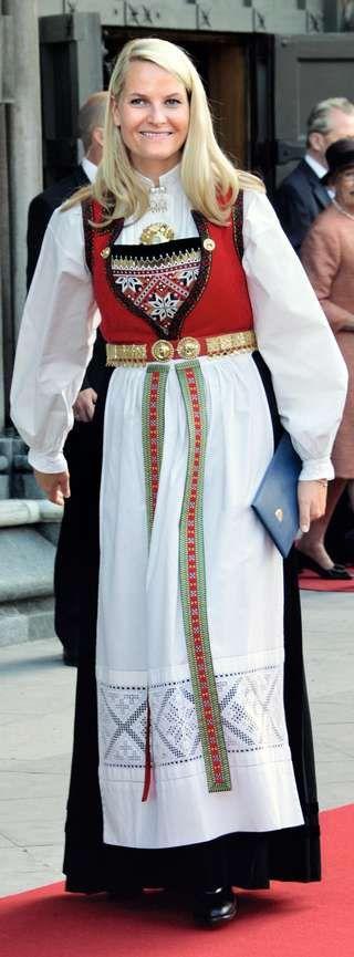 HARDANGERBUNADEN: Kronprinsesse Mette-Marit fikk bunaden i gave til bryllupet i 2001, og har brukt den ofte siden, blant annet på fylkestur.