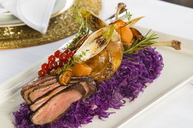 Piept si pulpe de rata cu varza rosie si gutui confiate- Chef Joseph Hadad vine cu o noua idee de Craciun. Ce-ai spune daca, in loc de porc, ai gati rata pentru ai tai? La cat de bine arata reteta, cu siguranta toata familia va fi incantata.