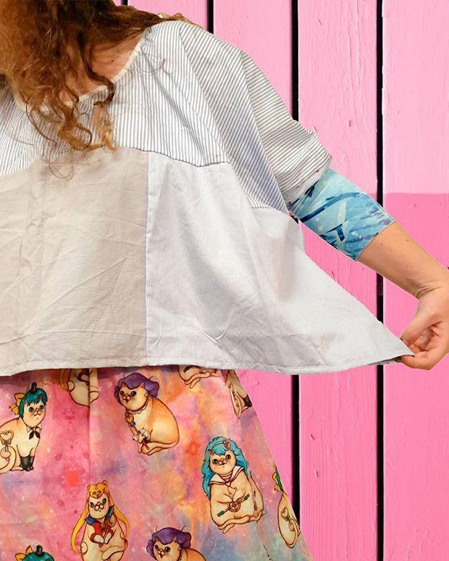 IT. E tu sei Pink addicted? A me non dispiace affatto anzi mi piace molto ma mai total look! Il rosa incarna la dolcezza e la delicatezza in questo caso lo ho abbinato con l'azzurro che invece simboleggia l'estroversione direi una combo perfetta per indossare le #magicats! Tutte le gonne in collaborazione con @laurabellini.art sono in pre ordine mentre la maxi camicia pezzo unico è in pronta consegna!  _ EN. Are you a Pink addicted? I like it a lot but never total look! Pink embodies the…