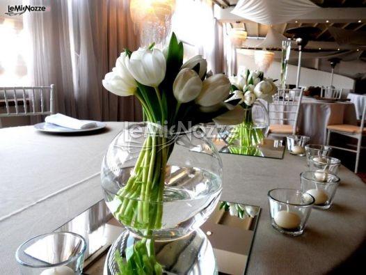 Addobbo floreale con tulipani bianchi per il ricevimento di matrimonio