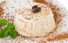 La delizia al caffè è uno squisito dolce al cucchiaio. Esternamente si presenta con una morbida crema e man mano che si scava con il cucchiaino, si incontra prima un delizioso pan di Spagna e dopo un cuore morbido al caffè.