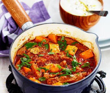 En inspirerande gryträtt som du gör av bland annat fläskkarré, lök, tomat och sötpotatis. Grytan får en spännande och lite exotisk smaksättning av kanel, spiskummin, cayennepeppar och koriander och serveras med nykokt ris och svalkande yoghurt.