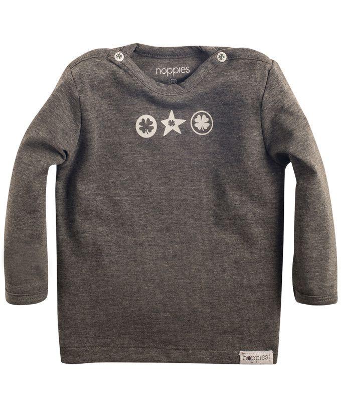 Noppies new born uniseks grijze T-shirt met witte tekens op de borst. Het zachte shirt is voorzien aan beiden kanten van drukknoopjes op de schouder, waardoor je kleintje makkelijk kan aankleden.