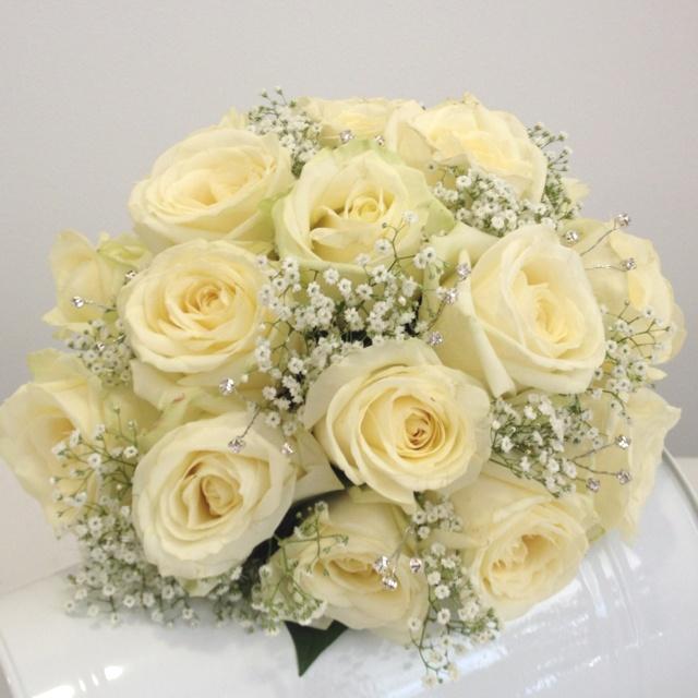 Rosas blancas y paniculata