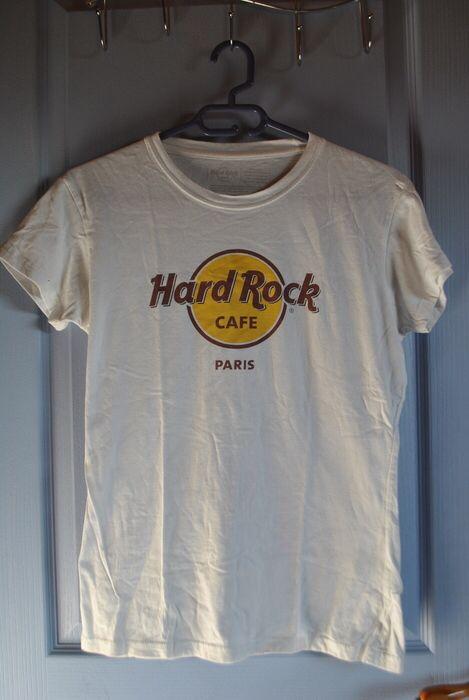 T-shirt hard rock café Paris hard rock cafe ! Taille 38 / 10 / M  à seulement 10.00 €. Par ici : http://www.vinted.fr/mode-femmes/hauts-and-t-shirts-t-shirts/26670690-t-shirt-hard-rock-cafe-paris.