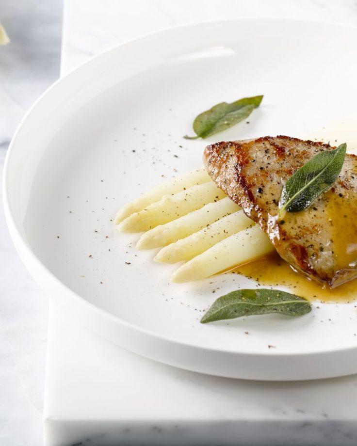 Italy meets Belgium met deze heerlijke  saltimbocca van kalfslapje met salie en witte asperges. Serveer met   geroosterde krieltjes of aardappelpuree.