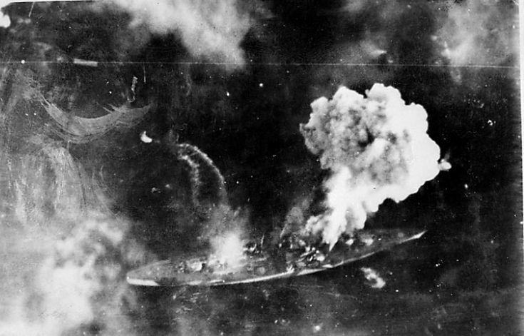 Luftfoto av marinefartøy skutt i brann - muligens Tirpitz.