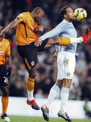 Man City 1 Hull City 1 in Nov 2009 at Eastlands. Joleon Lescott gets his head to the ball despite the high foot coming in #Prem