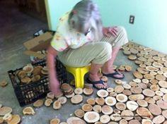 Die Frau legt ein Holz neben das andere auf den Boden. Was dann entsteht - WOW!   LikeMag   We Like You