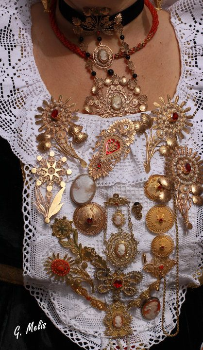 Gioielli in filigrana d'oro e pietre preziose,generalmente facenti parte del corredo da sposa.