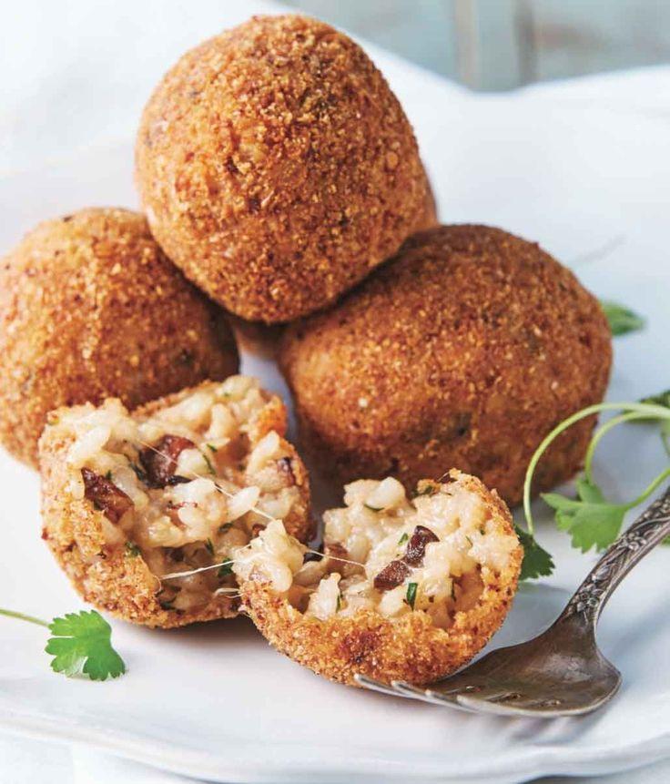 ¡Un snack perfecto para compartir! 1. Saltea los champiñones en una sartén caliente con la mantequilla...