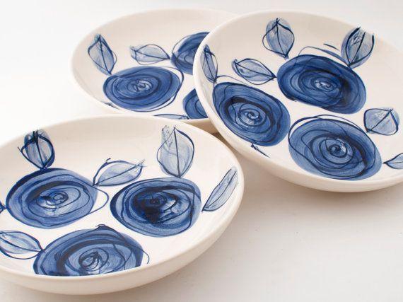 Ensemble de deux simple, moderne, Delft blue roses main peint bols de pâtes ou de la soupe en céramique en terre cuite ou de plaques (2 x) fait pour commander