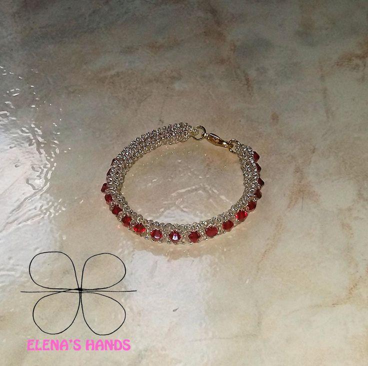 Braccialetto di perline binco/trasparenti e biconi Swarovski rossi #handmade #swarovski #braccialetti