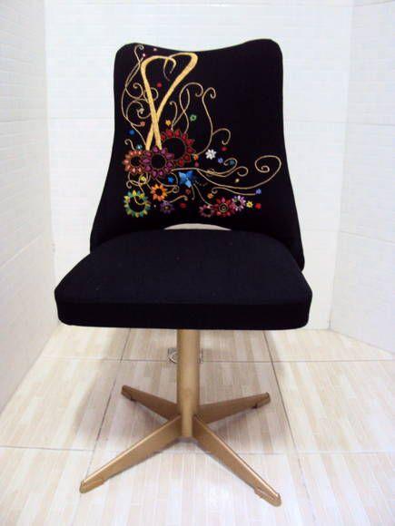 Cadeira giratória forrada em tecido bordado á mão e pé pintado na cor ouro.  Um charme ! Essa peça tem que ser enviada por transportadora, favor entrar em contato informando a cidade de destino para obter o valor do frete. R$ 390,00