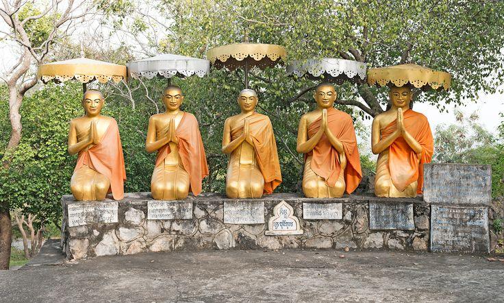 Etwas oberhalb der Killing Caves sitzen fünf goldene Buddhas