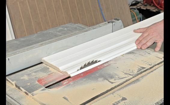 Renouvelez votre décor facilement et à peu de frais grâce à des lambris à mi-hauteur, en panneaux de MDF préfabriqués.