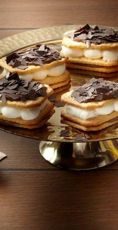 Süßes Fingerfood wird auf Partys immer gern vernascht. Probieren Sie unser REWE Rezept für süße Mini-Lasagnen mit griechischem Joghurt und Schokolade »  https://www.rewe.de/rezepte/salzig-suesse-mini-schoko-haselnuss-lasagnen/