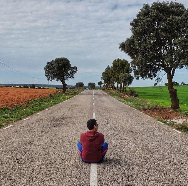 Sentado En Una Carretera Manchega Jose Piensa En Nuestro Próximo Destino Y Es Que Cuando Estamos De Viaje Siempre Estamos Pensando Instagram Carretera Turismo