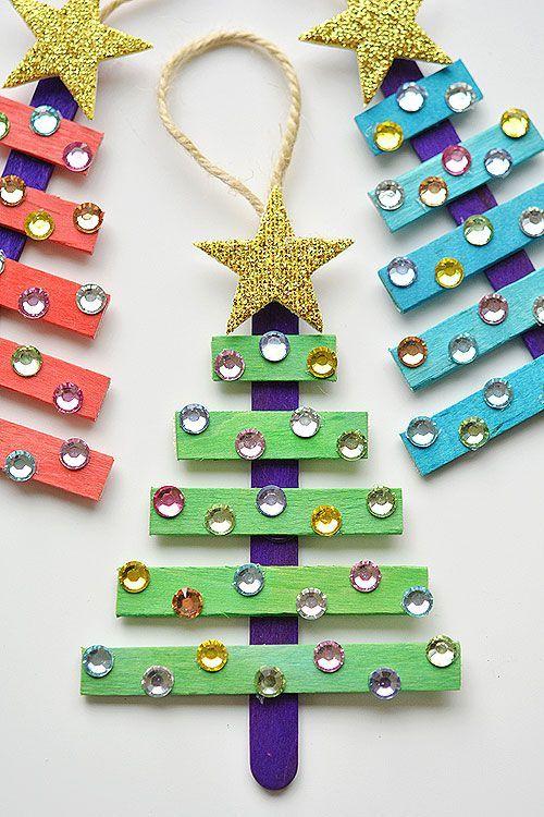 Estes picolé pau árvores de Natal são tão fáceis de fazer e eles são tão bonito!  As crianças adoraram decorá-los!  Tal idéia artesanato de Natal da loja do dólar awesome !!