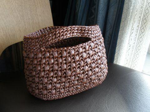 荷造りひも(スズランテープ)で作ったバッグです。 コロンとした形で意外とたくさん入ります。 私は、毛糸玉やかぎ針ケース、メジャーなどを入れています。 とにかく材料費が安いし、早く編めて、丈夫なバッグです。