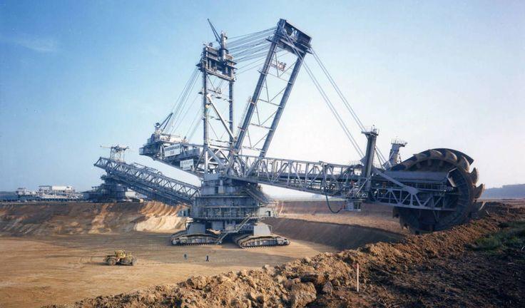 Découvrez notre Top 10 des plus gros engins de chantier au monde !  Entre pelleteuse, bulldozer, chargeur, camion, niveleuse ou grue, toutes ces machines sont hors-normes !