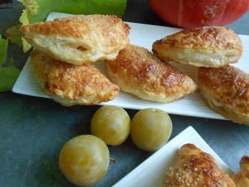 Pour le goûter, ou un dessert, une petite gourmandise à faire au dernier moment: des chaussons aux prunes. Il suffit d'un rouleau depâte feuilletée etquelques prunes, ici des reines-claudes. La ...
