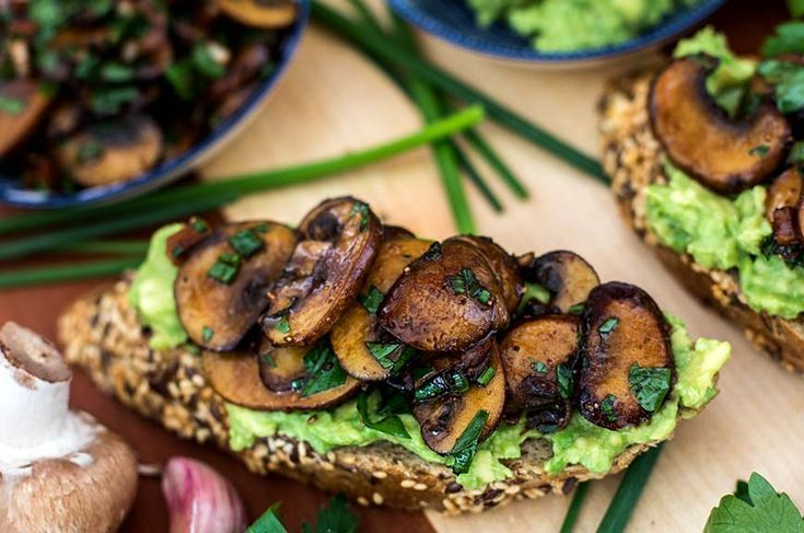 Knoblauchpilze Auf Avocadobrot Essen Und Trinken Mit Bildern Avocado Brot Rezepte Mit Champignons Rezepte