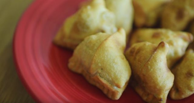 皮から手作り。野菜だけを使った餃子のようなインド料理「サモサ」のつくり方 - macaroni