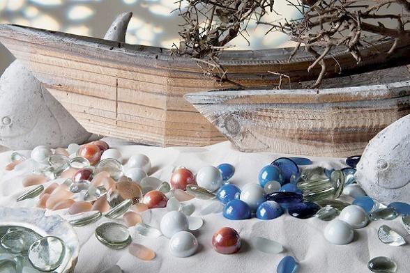 Herrliche Tischdekorationen mit Glaskugeln und Glasnuggets