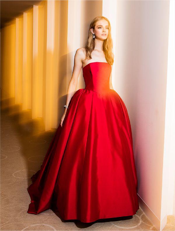 シンプルで大人の女性らしい赤いカラードレス。花嫁衣装・ウェディングドレスの参考一覧まとめ♪