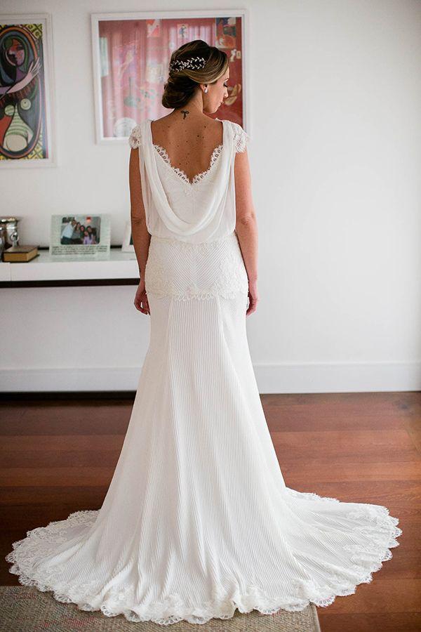 Vestido de noiva boho de renda com mousseline - decote dégagé nas costas ( Vestido: Trinitá | Foto: Daniela Picoral )