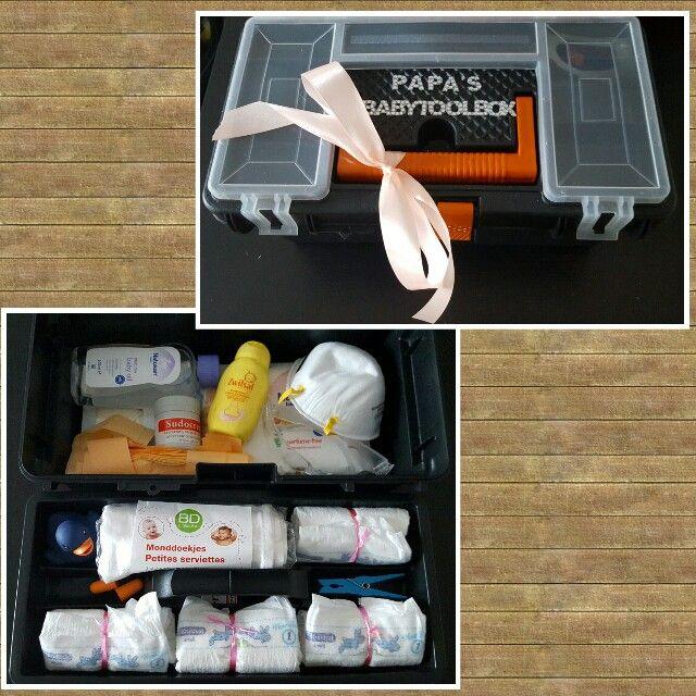 DIY Papa's babytoolbox (Babyolie, Sudocreme, Zwitsal-lotion, billendoekjes, luierzakjes, mondkapje, veiligheidsbril, monddoekjes, oordopjes, wasknijper, luiers, handschoenen)