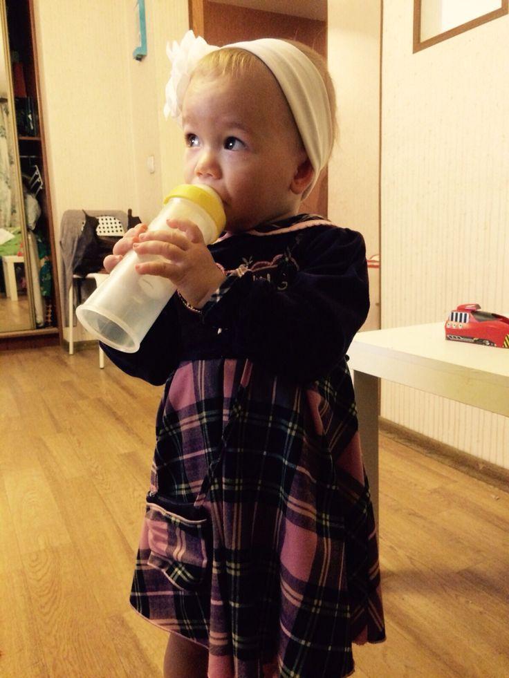 """Вот что значит сосательный рефлекс в норме:) Маленькой Ульяне не нужно наклонять бутылочку, для того что бы получить молоко. Вакуум в контейнере позволяет комфортно кушать!  Спасибо Вам дорогие друзья за Ваши отзывы!  Евгения пишет - """"Спасибо еще раз!) Это очень удобно, что бутылочку не нужно переворачивать, можно и так пить!) Ульяна довольна)""""  Еще больше отзывов - https://vk.com/topic-57608897_31342554"""