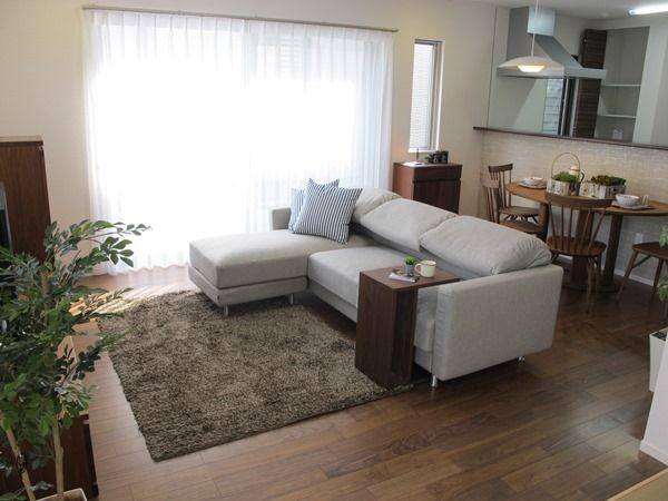 ウォールナット材の家具で統一したLD空間