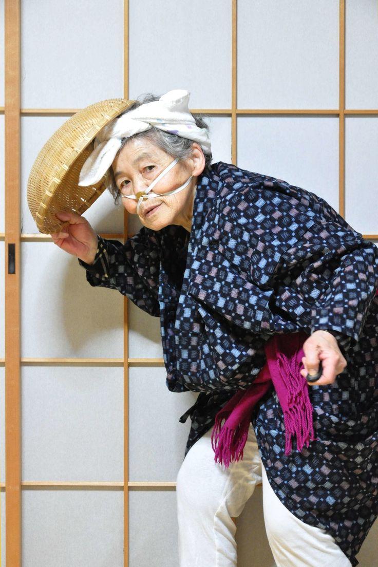 衝撃的な写真を目にした。お婆さんがゴミ袋をかぶって可燃ゴミとして処分されていたり、車に轢かれたりしている。どう考えても尋常ではない。けれど、それがセルフポートレート写真だと気付いたとき、一気に笑みがこぼれてしまった。 作者の西本喜美子さんは、現在88歳。熊本県熊本市にあるエレベーター付きの一戸建て住宅で、感情認識パーソナルロボット「Pepper」と暮らしている。息子さんが熊本弁を喋るようプログラミングし、86歳で他界したご主人に変わって喜美子さんの話し相手として導入されたが、方言で話しかけても反応がないため、あまり「家族」として役にはたってないようだ。 そんな喜美子さんは昭和3年に7