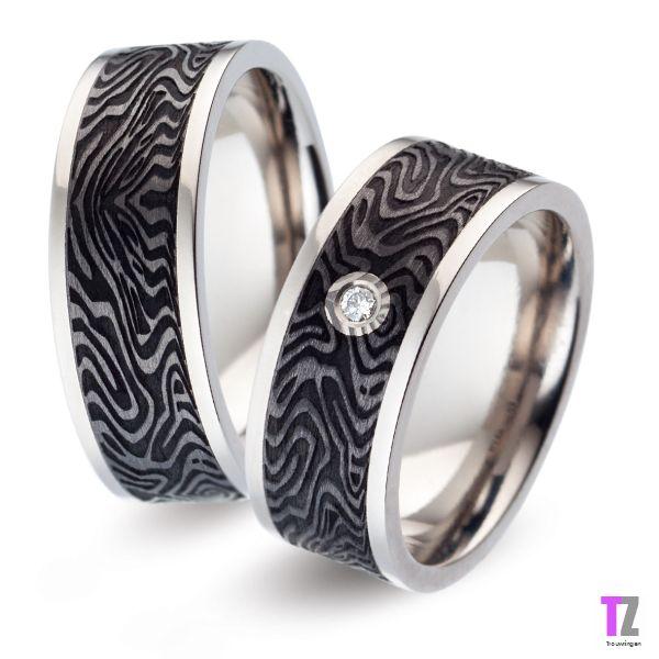 Bijzondere trouwringen in titanium met carbon. De damesring is vzv. diamant. Kijk op www.trouwringen-zwolle.nl voor meer modellen titanium trouwringen