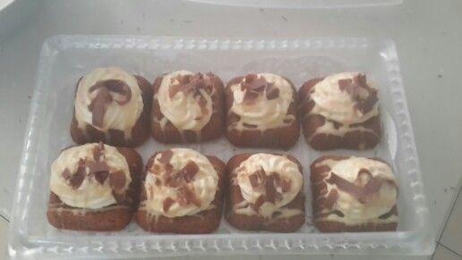 Mini cream chocolate cakes with white chocolate sauce and chocolate shavings