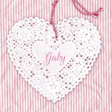 Lief geboortekaartje met kanten hart aan hanger op achtergrond met rose strepen.